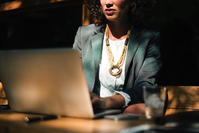 עובדים שעות מול המחשב: תופעת הטריגר פינגר צריכה להדאיג אתכם